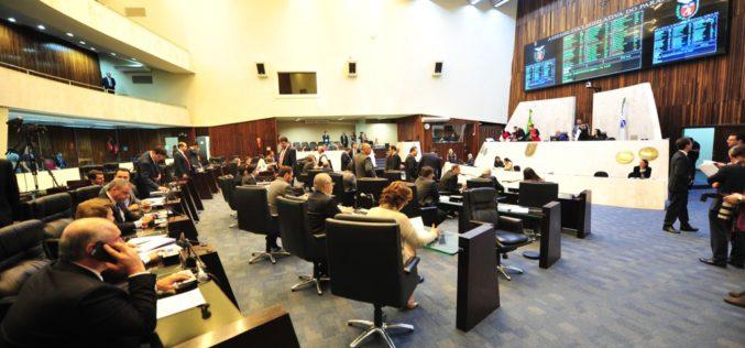 Deputados aprovam projeto de Richa que pode deixar servidores sem reajuste por 3 anos