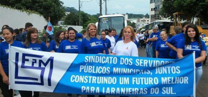 Sindicato de servidores de Laranjeiras do Sul marca presença nas comemorações de 71 anos do município
