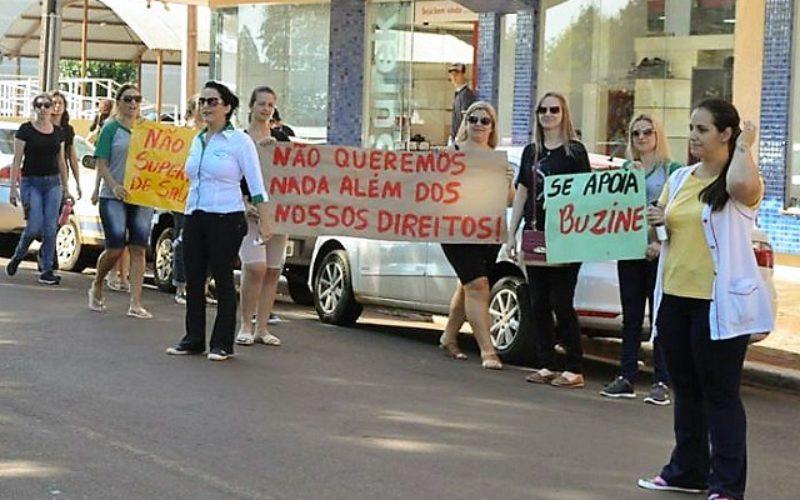 Quedas do Iguaçu – Professores municipais fazem manifestação para pedir reposição salarial