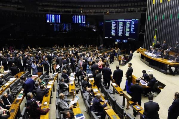 Câmara sanciona veto e rejeita negociação coletiva no serviço público