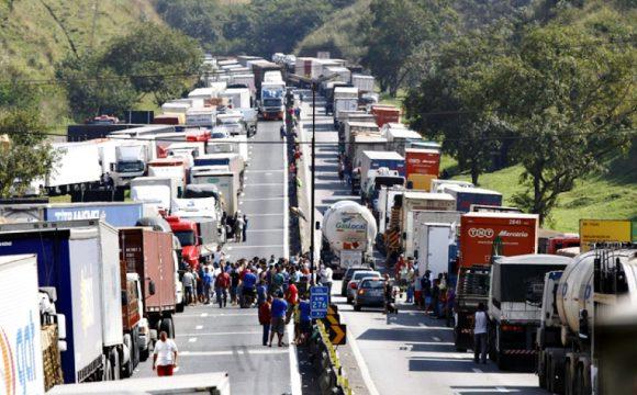 Greve dos caminhoneiros chega ao 8º dia nas estradas do Paraná