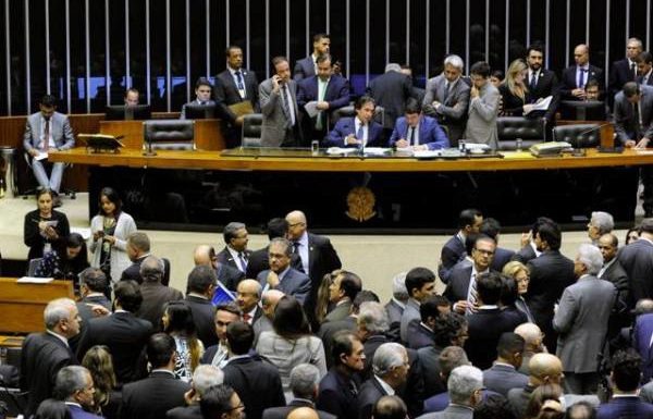 Vitória! LDO: Proibição de reajustes para servidores em 2019 e corte de 5% no custeio é barrado no Congresso