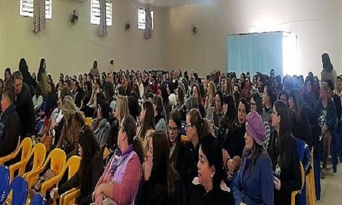 """Mais de 300 educadores participam do """"Curso de Formação Continuada"""" realizado pelo Siprosto com apoio da Fesmepar"""