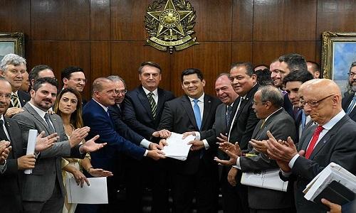 Novo pacote de Guedes e Bolsonaro propõe corte de até 25% em salário de servidores