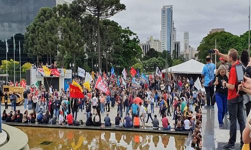 Servidores estaduais protestam em frente à sede do Governo do Paraná, em Curitiba
