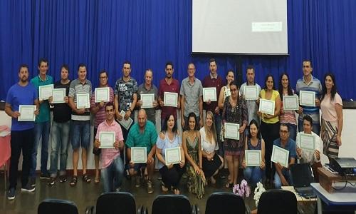 CAPITÃO LEÔNIDAS MARQUES: Servidores recebem certificação de participação em Curso de Estudo Continuado, realizado pela prefeitura em parceria com o SISMUCAP