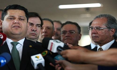 Reforma administrativa fragiliza direitos e permite perseguição, dizem especialistas